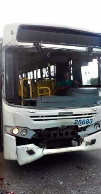 Colisão entre dois ônibus deixou oito pessoas feridas na avenida Paralela - Foto: Jefferson Domingos   Ag. A TARDE