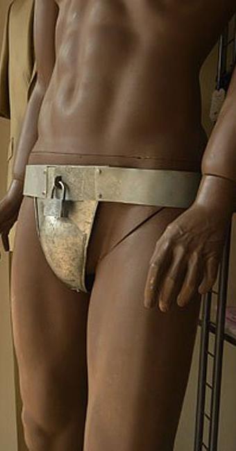Cueca de aço pretende evitar que as mulheres cortem o pênis de seus maridos - Foto: Simon Maina | AFP