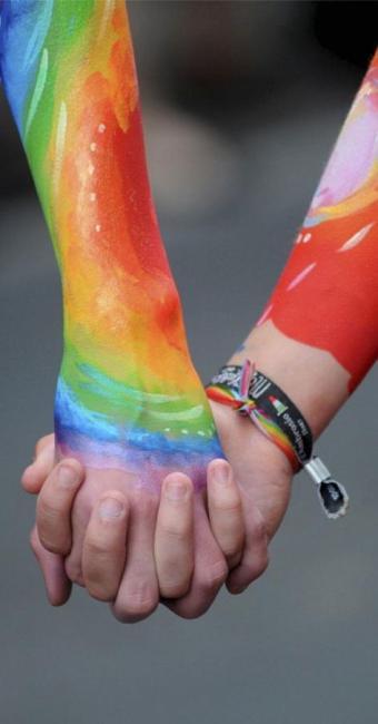Casais homoafetivos sentem tratamento diferenciado ao expor carinho em público - Foto: Divulgação