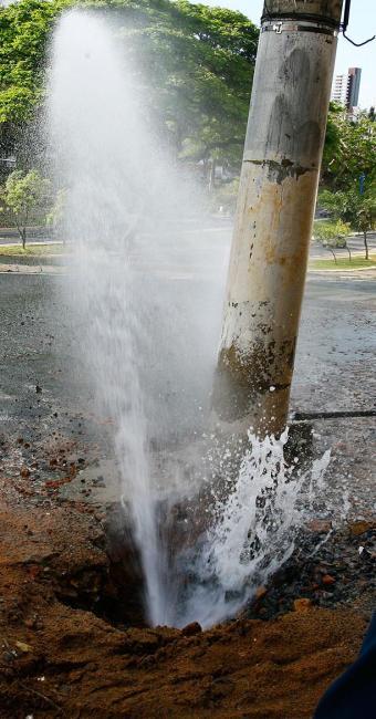 Serviços de correção de vazamento também serão suspensos, exceto os de grande proporção - Foto: Arestides Baptista | Ag. A TARDE | 17.10.2008