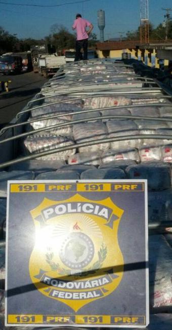 O caminhoneiro carregava 42.000 kg de açúcar, sem nota fiscal. - Foto: Divulgação | Polícia Rodoviária Federal