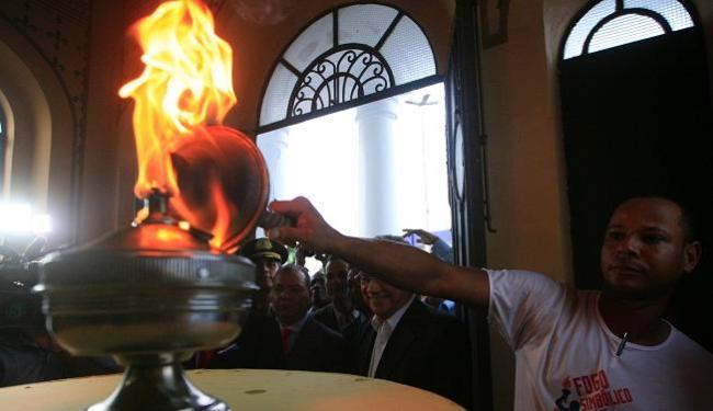 A pira com o fogo simbólico é acesa por Edcarlos Gonçalves, do Grupo Gay de Simões Filho - Foto: Lúcio Távora | Ag. A TARDE