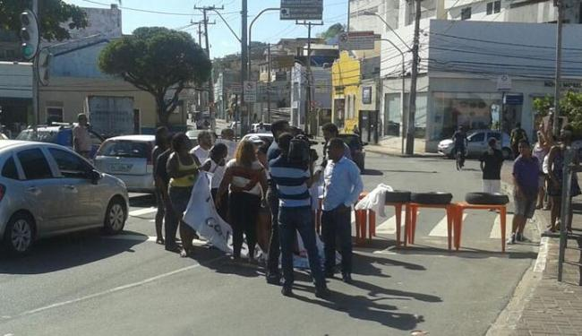 Funcionários usraam mesas e cadeiras para bloquear pista - Foto: Walldo Silva | Foto leitor | Via Whatsapp