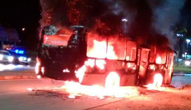 Moradores incendiaram o veículo após morte de dois suspeitos - Foto: Reprodução   Verdinho Itabuna