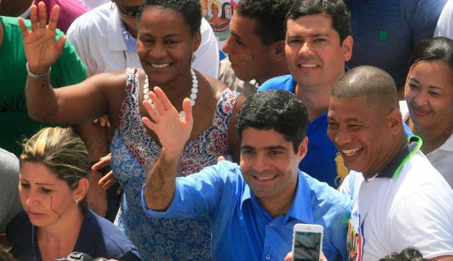 O prefeito não poupou cumprimentos a populares - Foto: Lúcio Távora | Ag. A TARDE