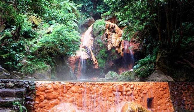 Cachoeira das Fumarolas da Caldeira Velha, na Ilha de São Miguel, em Açores - Foto: Wilson Besnosik | Ag. A TARDE - 15.04.2002.