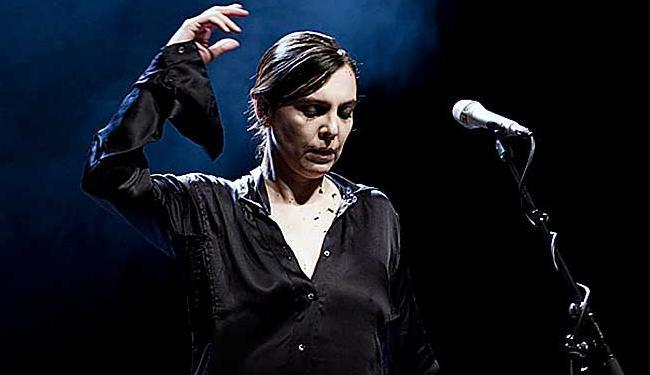 Adriana lança nesta sexta, 24, pela Sony em CD e DVD, com o nome de Loucura - Foto: Catarina Henriques | Divulgação