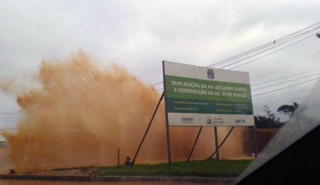 Adutora rompeu, na manhã desta sexta-feira, 3, na avenida Paralela - Foto: Iloma Sales| Ag. A TARDE