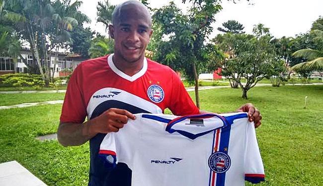 Alexsandro mostra a camisa do Tricolor - Foto: Divulgação | E.C.Bahia