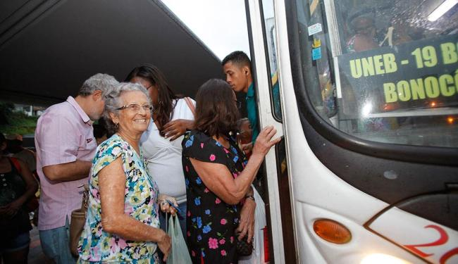 Aposentada Norma Maria embarca na Estação da Lapa - Foto: Margarida Neide | Ag. A TARDE