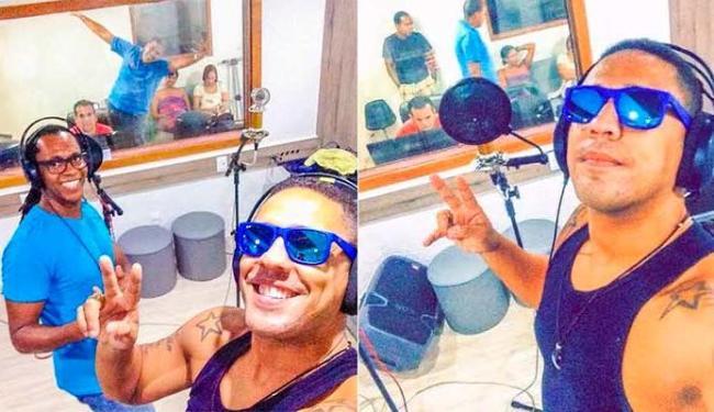 Linnoy (de camiseta) é o novo vocalista do Ara Ketu ao lado de Tonho Matéria - Foto: Divulgação