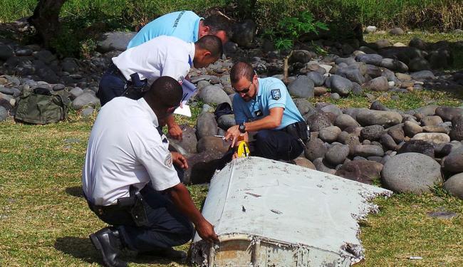 Autoridades francesas analisam suposta parte de avião da Malaysia Airlines, na ilha de Reunião - Foto: Prisca Bigot | Zinfos974 | Reuters | 30.07.2015