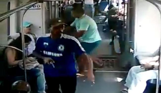 Vídeo mostra ação de assaltantes dentro de vagão do metrô de Recife - Foto: Reprodução   Youtube