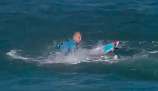 Mick Fanning tentou se livrar do tubarão com chutes - Foto: Reprodução