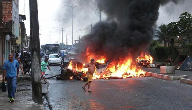 Moradores bloqueiam rua em protesto - Foto: Jefferson Domingos | Ag. A TARDE