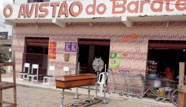 O comerciante realizou um velório e sepultamento simbólicos contra a falta de segurança no município - Foto: Reprodução: Souza Andrade