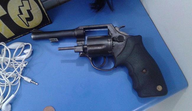 Um revólver calibre 38, drogas e materiais roubados foram apreendidos - Foto: Divulgação   PM