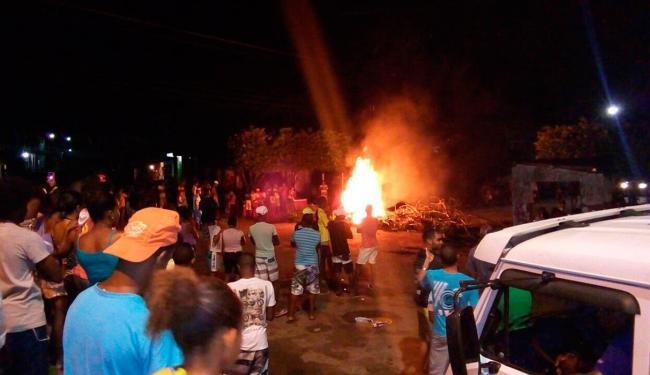Pescadores queimaram pneus e outros objetos para fechar a pista - Foto: Wederson Dias | Cidadão Repórter