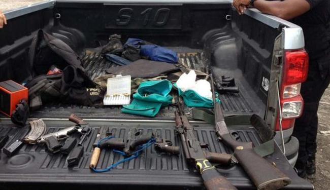 Durante a ação, os policiais apreenderam algumas armas - Foto: Reprodução | Site Radar 64