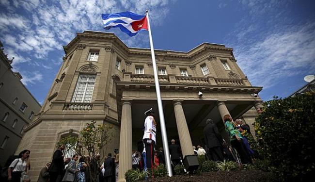 Bandeira de Cuba é hasteada no Departamento de Estado - Foto: Carlos Barria l Reuters