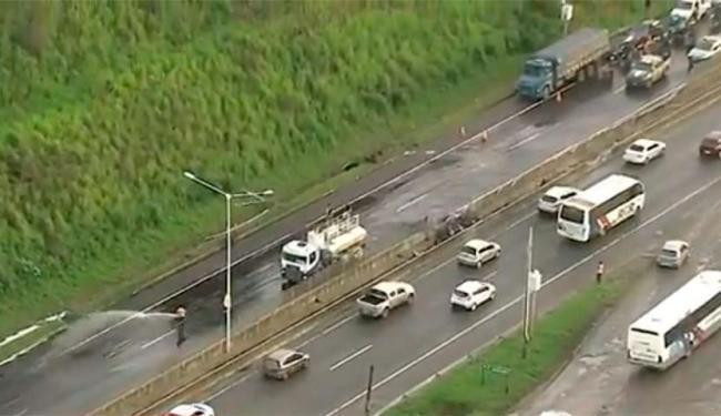 Pista foi lavada após acidente na BR-324 - Foto: Reprodução | TV Bahia