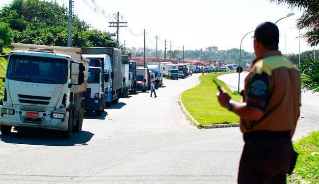 Agentes de trânsito notificação caminhões que estão trafegando fora do horário permitido - Foto: Edilson Lima | Ag. A TARDE