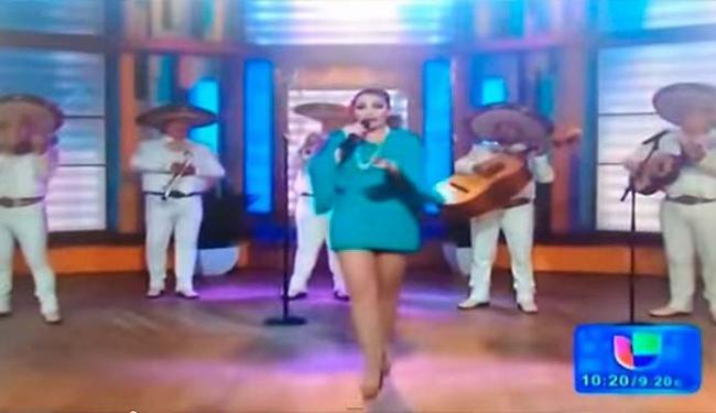 Cantora vacila e absorvente cai durante apresentação ao vivo - Foto: Reprodução