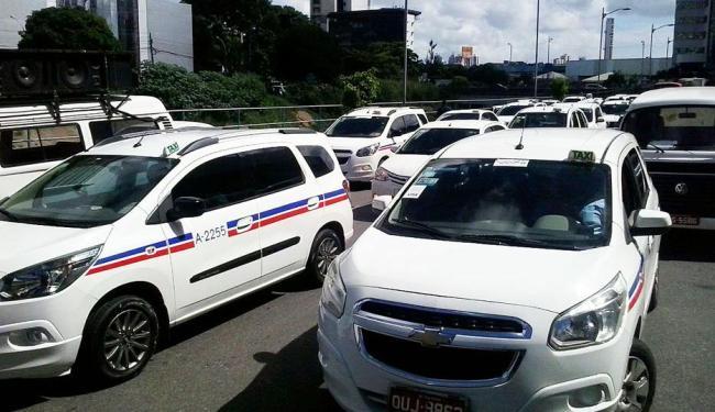 Taxistas passaram por pontos para convocar outros trabalhadores a aderirem ao movimento - Foto: Joá Souza | Ag. A TARDE
