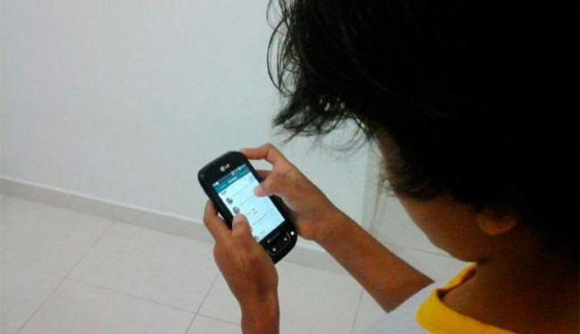 O celular é a principal ferramenta usada por crianças e jovens para navegar na internet - Foto: Paula Pitta | Ag. A TARDE
