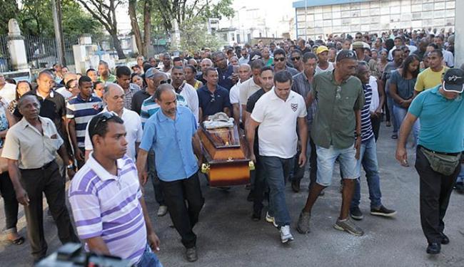 Familiares e amigos se despediram do sargento Osvaldo Costa e do seu filho, mortos no sábado - Foto: Margarida Neide | Ag. A TARDE