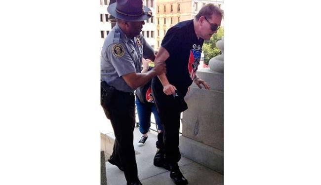Chefe de polícia levou idoso para beber água e se proteger do calor - Foto: Rob Godfrey   AP Photo