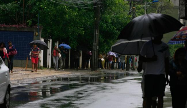 Previsão é que a sexta continua com céu nublado e chuva - Foto: Edilson Lima   Ag. A TARDE