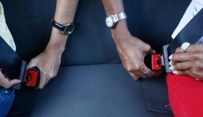 Uso do cinto de segurança no banco de trás deve ser feito nas estradas e cidade - Foto: Fernando Amorim | Ag. A TARDE | 11.2.2015
