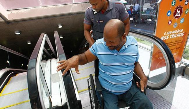 O cadeirante Cledson Cruz é auxiliado por um segurança no Campo da Pólvora - Foto: Marco Aurélio Martins l Ag. A TARDE