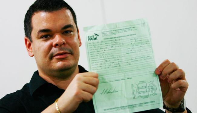Cliente exibe documento de registro da ocorrência - Foto: Lúcio Távora | Ag. A TARDE