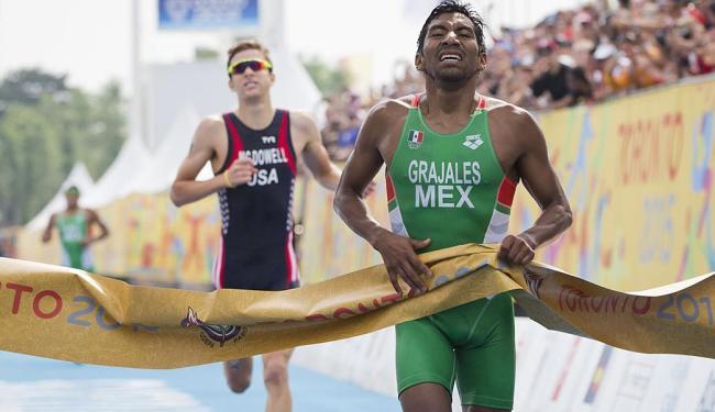 Crisanto Grajales, do México, leva o ouro no Triathlon - Foto: Felipe Dana | AP Photo