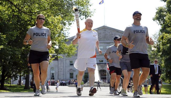 Governador do Canadá, David Johnston, carrega a tocha olímpica em Ottawa - Foto: Ag. Reuters