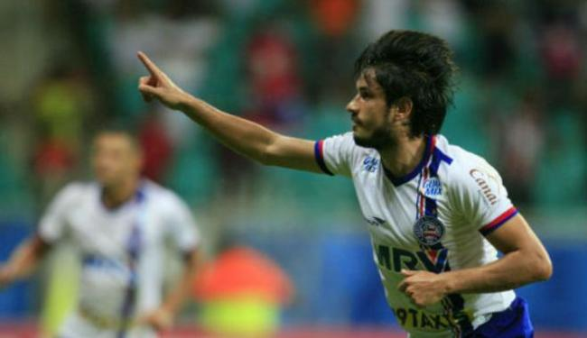 O meia Tiago Real, do Bahia, comemora seu gol diante do Oeste na Fonte Nova - Foto: Lúcio Távora | Ag. A TARDE