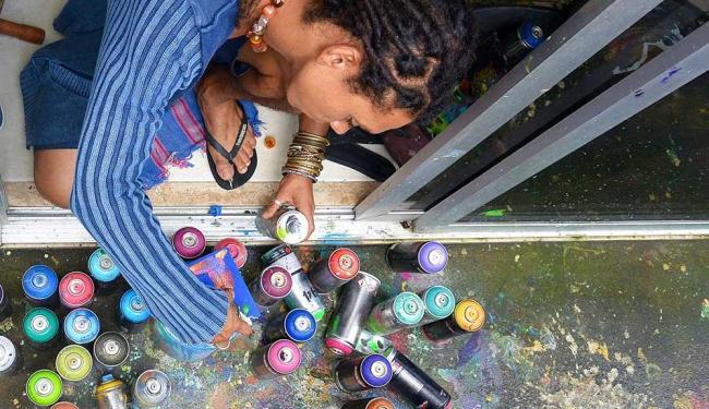 Artista plástico durante o processo de criação - Foto: Ana Camila   Divulgação