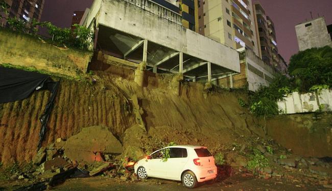 Deslizamento de terra provocou desabamento de muro de prédio no Itaigara - Foto: Lúcio Távora | Ag. A TARDE