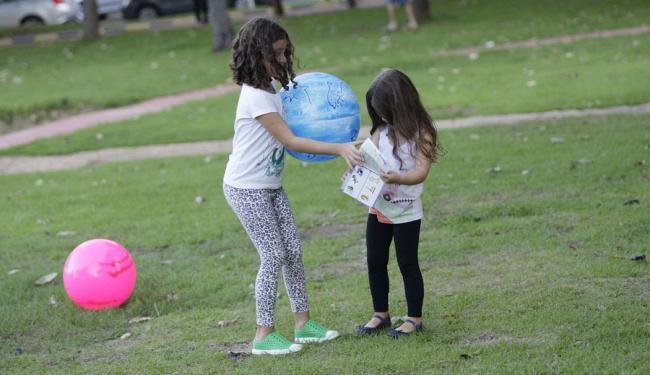 Crianças brincam na Praça Ana Lúcia Magalhães, na Pituba - Foto: Margarida Neide | Ag. A TARDE