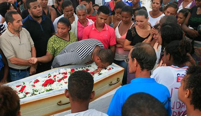 O pai beija a vítima no velório realizado ontem à tarde no bairro de Plataforma - Foto: Adilton Venegeroles l Ag. A TARDE