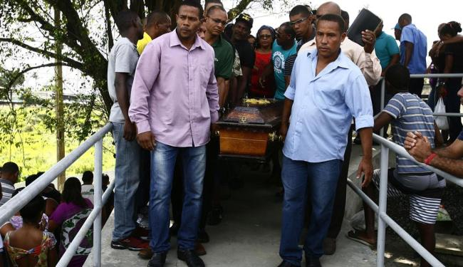 Familiares e amigos estiveram presentes no enterro - Foto: Edilson Lima | Ag. A TARDE