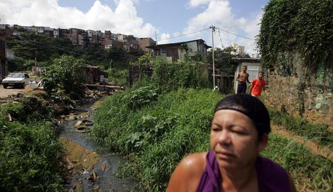 Cleonice e cerca de 30 vizinhos não têm saneamento básico - Foto: Raul Spinassé   Ag. A TARDE