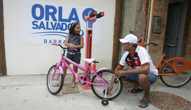 Uma das estações está instalada na Rua Dias D'Ávila, Barra, onde ciclistas podem também calibrar os - Foto: Luciano da Matta | Ag. A TARDE