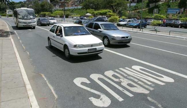 Uso indevido da faixa destinada aos coletivos em Salvador é comum - Foto: Fernando Vivas/Ag. A Tarde em 30/11/2005