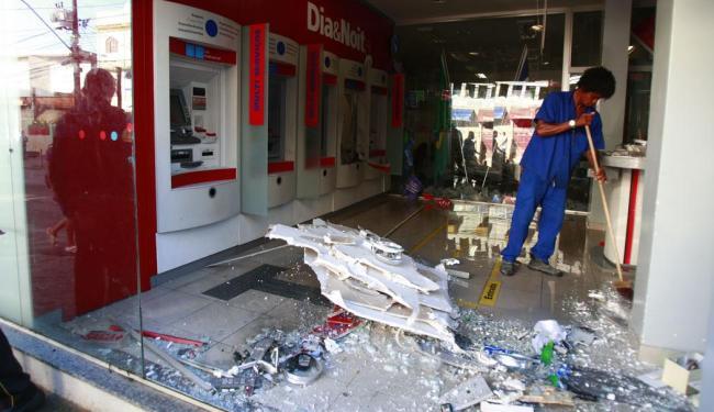 Funcionário da agência retira os destroços da explosão - Foto: Edilson Lima | Ag. A TARDE