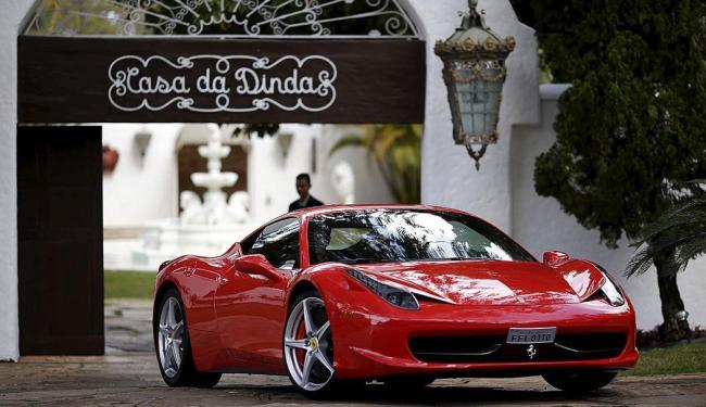 Agentes federais apreenderam uma Ferrari (foto) e um Porshe do ex-presidente - Foto: Ueslei Marcelino | Ag. Reuters