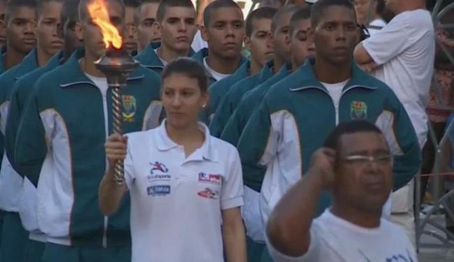 A maratonista Gabriela Souza se prepara para acender a pira com o fogo simbólico do 2 de Julho - Foto: Reprodução | TVE