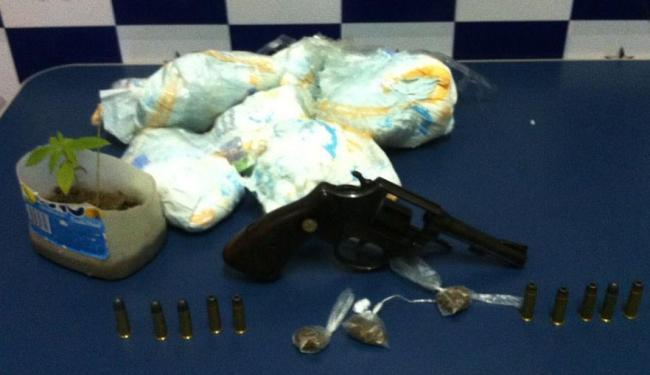 Além das fraldas foram apreendidos ainda um revólver calibre 38, drogas, um pé de maconha e dinheiro - Foto: Ascom   Polícia Civil